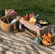 Picnic Date, Summer Picnic, Aesthetic Food, Summer Aesthetic, Winnie The Pooh Drawing, French Picnic, Wedding Gift Baskets, Wicker Picnic Basket, Estilo Hippie