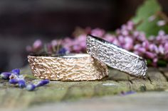 Ergonomische Trauringe aus Weißgold & Roségold mit einer besonderen Struktur.   Alle Trauringe die wir anfertigen sind handgemachte Unikate <3  #gänsehautlügtnicht Druzy Ring, Rings, Jewelry, Handmade, Jewels, Ring, Schmuck, Jewerly, Jewelery