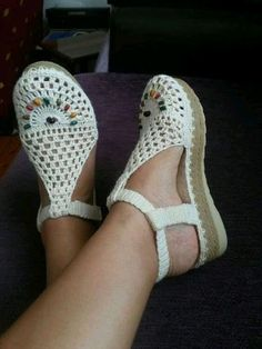 I could see myself wearing a pair of jeans with these shoes. So comfy looking Sie Hausschuhe Sandalen Crochet Slipper Boots, Crochet Sandals, Knit Shoes, Crochet Slippers, Sock Shoes, Cute Shoes, Me Too Shoes, Knit Crochet, Shoe Boots