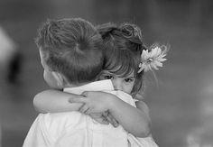 Abrazo entre niños - Hug between children True Friends, Best Friends, Friends Forever, Lifelong Friends, Cute Kids, Cute Babies, 3 Kids, Jolie Phrase, Missing Someone