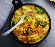 Denna veganska supergoda curry med bland annat kikärtor, blomkål, broccoli och morötter i krämig kokosmjölk är enkel att laga. Förbered gärna genom att lägga kikärterna i blöt och koka dem dagen innan så går grytan sen snabbt att laga. Dessutom passar den perfekt i matlåda för att avnjuta dagen efter också.