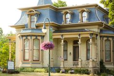 Hamilton House Bed & Breakfast, Premier Lodging in Whitewater, WI Edwardian House, Victorian Cottage, Victorian Homes, Edwardian Era, Abandoned Houses, Old Houses, Bungalow, Mansard Roof, Facades