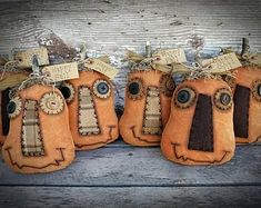 Hottest Snap Shots Primitive Decor folk art Ideas Collections of older binoculars, retro along with copy home furniture, in addition to artfully constructed vignettes ins Fabric Pumpkins, Fall Pumpkins, Halloween Pumpkins, Fall Halloween, Halloween Crafts, Halloween Decorations, Halloween Patterns, Autumn Decorations, Halloween Ornaments