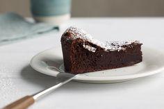 Sjokoladekake med bare to ingredienser? Eller på kun ett minutt? Du har neppe laget kjappere sjokoladekaker enn disse to. Oppskrifter på sjokoladekaker.