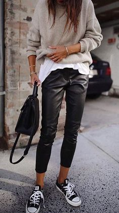 30 Beautiful Leather Outfit Ideas Copy Now Casual Fall Outfit Idea Black Leather Pants Plus Bag Plus Converse Plus Sweater Plus White Top Stylish Winter Outfits, Casual Fall Outfits, Unique Outfits, Dress Casual, Tshirt Outfit Ideas Casual, Spring Outfits, Casual Pants, Sporty Chic Outfits, Fresh Outfits