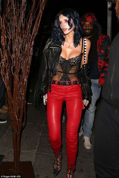 Bella Thorne Rocks Midnight Blue Hair and Red Leather Leggings Bella Thorne, Sexy Outfits, Pretty Outfits, Top Transparent, Leder Outfits, Glamour, Leather Trousers, Facon, Leggings Are Not Pants