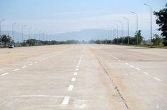 Viel Asphalt für wenige Autos: eine Straße in Naypyidaw. by marcel klovert