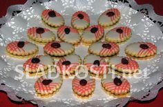 Citrónové oválky s punčovou náplní Christmas Sweets, Christmas Baking, Christmas Cookies, Czech Recipes, Cookie Desserts, Desert Recipes, Mini Cupcakes, Biscotti, Sweet Tooth