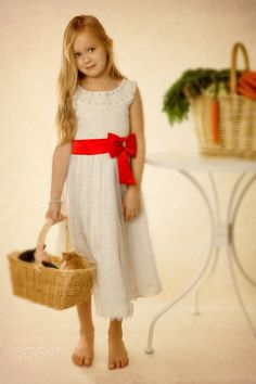 Girl with a basket. Fotograf Sergey Kohl
