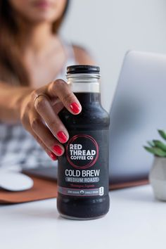 Girl grabbing cold brew about to drink it while studying and working on laptop. Food and Beverage. Juice Packaging, Coffee Packaging, Bottle Packaging, Chocolate Packaging, Food Photography Tips, Coffee Photography, Lifestyle Photography, Cold Brew At Home, Drink Photo