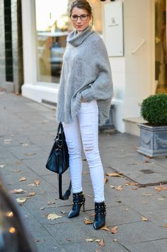 OUTFIT COZY DAYS - KUSCHELIGER CAPE PULLOVER & WEISSE JEANS - i was wearing a oversized wool sweater / poncho, white Jeans, Gucci glasses, Valentino Rockstud ankle Boots and my Balenciaga bag
