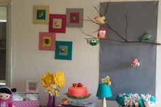 Móbile e quadros de coruja, borboleta e pássaros.