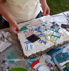 Process, Mosaic Stepping Stone Tutorial: grout and mortar on pre-made stones Mosaic Stepping Stones, Pebble Mosaic, Paving Stones, Stone Mosaic, Mosaic Art, Mosaic Glass, Mosaic Tiles, Homemade Stepping Stones, Gaudi Mosaic