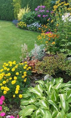 Backyard Garden - Design the garden with different shade garden ideas is just one of the choice to make a shady backyard. Using lots of shrub and plants can help create this landscape. Therefore, it is going to produce the garden warm and comfort. Cottage Garden Design, Flower Garden Design, Front Yard Landscaping, Landscaping Ideas, Backyard Ideas, Steep Backyard, Backyard House, Landscaping Shrubs, Pool Backyard