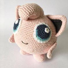 GRATIS HÆKLEOPSKRIFTER – Unkeldesign Pokemon, Amigurumi Patterns, Couture, Piggy Bank, Dinosaur Stuffed Animal, Crochet Hats, Free, Toys, Animals