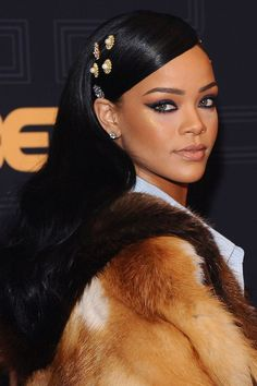Where: Black Girls Rock! 2016 The style: Rihanna tapped into the hair-embellishment trend on the red carpet at the Black Girls Rock event. Mode Rihanna, Rihanna Riri, Rihanna Style, Rihanna Face, Rihanna Song, Best Of Rihanna, Rihanna Fashion, Teen Vogue, Rihanna Makeup