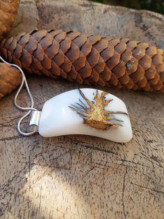 Hanger met denappel in witte epoxy hars/houten ketting