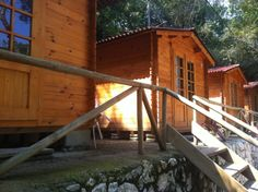 Una de las subidas a la zona de cabañas Cabin, House Styles, Home Decor, Wood Cabins, Pilgrim, Beaches, Decoration Home, Room Decor, Cottage