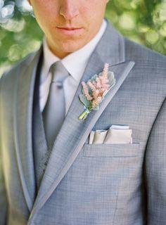 Elegir entre pañuelo y prendido para novios.