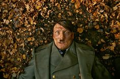 Adolf wordt wakker in een veld. Hij weet niet hoe hij er terecht is gekomen maar staat terug recht, op weg naar zijn bunker. Onderweg  komt hij voetballende jongeren tegen. Nadat deze hem niet zo begroeten als hij gewoon was, begint hij het al eigenaardig te vinden wat er is gebeurd.