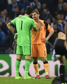 Juventus' goalkeeper Gianluigi Buffon (L) and Porto's Spanish goalkeeper Iker Casillas greet one another at the end of the  UEFA Champions League round of 16 second leg football match FC Porto vs Juventus at the Dragao stadium in Porto on February 22, 2017. / AFP / MIGUEL RIOPA