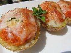 Patatas pizza: Patatas, cebolla, tomate frito, bacon. Se asan en el microondas, se dora la cebolla y el bacon y se mezcla la patata, con el tomate frito, la cebolla y el bacon, se rellenan y se les pone queso mozzarella, se gratinan en le micro