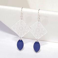Boucles d'oreilles sequins émaillés bleus et breloques estampes carrées argentées