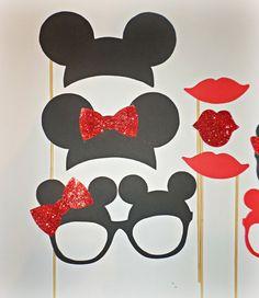 Apoyos de la cabina de foto de Mickey mouse. Recortes de mouser de Mickey. Fiesta de los niños. Accesorios ratón de Mickey. Apoyos de la cabina de la foto de minnie mouse.  Estos Mickey & Minnie mouse foto stand accesorios hará que tus fotos sparkle y toneladas de diversión a tu fiesta!  LISTADO INCLUYE ♥ 2 sombreros de Mickey Mouse ♥ 4 gafas de Mickey Mouse ♥ 3 labios rojos  Cada foto está hecho de cartulina de calidad y atado a un palo de bambú con pistola de pegamento caliente.  NAVES ...