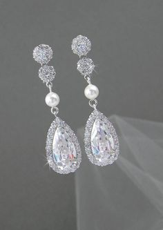 Ive created these beautiful drop earrings with Swarovski Pearls and crystal…