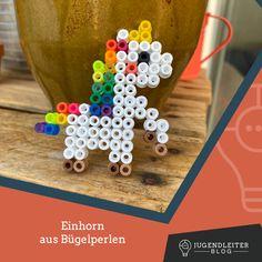 Diese Ideen mit Bügelperlen sind mit Kindern supereinfach nachzumachen. Einfach die Farben zusammensuchen und die Bilder nachbauen. Material und Informationen dazu findest du im Jugendleiter-Blog! Triangle, Blog, Material, Young Adults, Simple, Colors, Kids, Ideas, Blogging