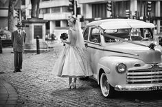 Exactly the look and feel this wedding should be. Classic dress, Simple but vintage. Car classic and vintage as well. Such a beautiful vintage vibe Looks Vintage, Vintage Love, Vintage Style, Vintage Romance, 1950s Style, Shabby Vintage, Vintage Glamour, Shabby Chic, 50s Wedding