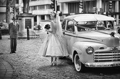 Ambiance de mariage dans les années 50 #mariage #mariee #robe #voiture #ancienne #homme #costume #chic #londres #fleurs #paves #wedding #bride #dress #car #old #vintage #mens #fashion #suit #london #flowers #pavement #black #white #50s