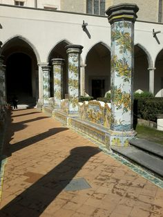 Chiostro maiolicato del monastero di Santa Chiara a Napoli. Un viaggio attraverso le narrazioni delle maioliche. Natura e arte si fondono in un connubio armonico unico.
