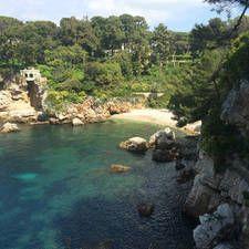 Antibes est une ville balnéaire en France qui a des plages comme sur la photo. Les plages sont dans le sud-est de la France entre Cannes et Nice.