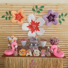 Festa Flamingo: 90 fotos + tutoriais para uma comemoração incrível Flamingo Party, Flamingo Birthday, Pool Party Themes, Party Decoration, Pink Flamingos, Party Planning, Party Favors, Backdrops, Bridal Shower