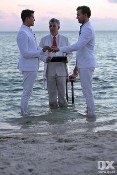 Fredrik Eklund och Derek Kaplan byter ringar i solnedgången på ön Little Palm Island utanför Key West, Florida.