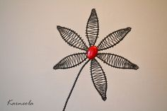Emillie Zápich ze železného drátu, zdobený červeným skleněným korálkem. Zápich vynikne jako dekorace v interiéru nebo v suché květinové vazbě. průměr cca 14 cm, délka celého zápichu cca 38 cm ♥Ke každé objednávce posílám malý milý železný dáreček♥ Jak pečovat o výrobek: Drátek je ošetřen proti korozi, ale časem může začít chytat rezavou ...