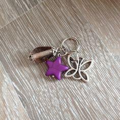 Bedel van open bewerkte metalen vlinder, paarse howliet ster en een paarse glaskraal met twee sierkapjes. Te koop bij JuudsBoetiek €2,50. Wil je er een ketting bij? Vraag naar de mogelijkheden! Bestellen kan via juudsboetiek@gmail.com.