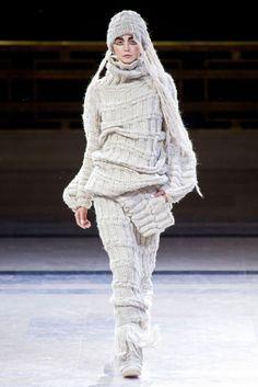 The complete Yohji Yamamoto Fall 2014 Ready-to-Wear fashion show now on Vogue Runway. Fashion Week Paris, Winter Fashion 2014, Winter 2014 2015, Aw 2014, Fashion 2015, Knitwear Fashion, Knit Fashion, Fashion Show, Womens Fashion