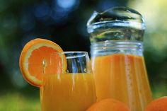 De acordo com um estudo realizado por cientistas da Universidade de Reading, na Inglaterra, beber suco de laranja todos os dias pode ajudar a melhorar a memória de idosos.