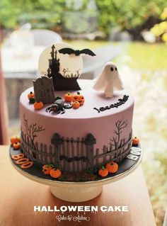 Make a fun a creepy Halloween cake! Cake pop mix 'eye' in the cake center makes the cake AMAZING to cut! Halloween Desserts, Spooky Halloween Cakes, Bolo Halloween, Pasteles Halloween, Halloween Birthday Cakes, Halloween Party Snacks, Halloween Chocolate, Halloween Cookies, Holiday Cakes