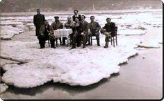 #İstanbul'da buz keyfi (1954)  #istanlook üşenmemişler sandalye masa getirmişler demekki bu ayrıntıları düşünecek zaman ve yürekleri varmış ne güzel