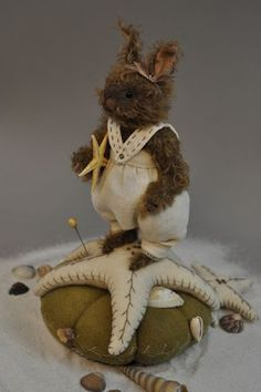 Beach bunny by Lori Ann Corelis of the Spotted Hare Sewing Crafts, Sewing Projects, Felt Animals, Fabric Animals, Wool Applique, Sewing Accessories, Sewing Notions, Felt Art, Pin Cushions