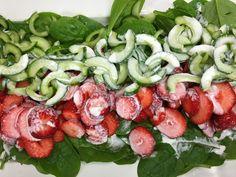 Sommer skøn Jordbær salat som man bare må smage, du må da indrømme at den ser indbydende ud, sprød, saftig og sød, lige som en sommer salat skal være. Det er lige netop sådan en salat man skal have her i sommervarmen. Smager fantastisk sammen med en god gammeldags mormor dressing, eller frisk presset appelsinsaft, alt afhængig hvad man er til. Prøv dig frem og se hvad der passer dig bedst. Kalorieindholdet i en portion Jordbær salat er 85,2 Kcal. fordelt på 3,75 g protein, 12,2 g kulhydrat…