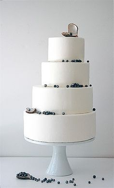Try having a wedding cake that isn't exactly centred! This cake decoration is perfect for that beach wedding with the pearls hanging off each tier. -kind of love this cake! Naked Wedding Cake, Wedding Cake Pearls, Fondant Wedding Cakes, Beautiful Wedding Cakes, Fondant Cakes, Beautiful Cakes, Beautiful Beach, Simply Beautiful, Amazing Cakes