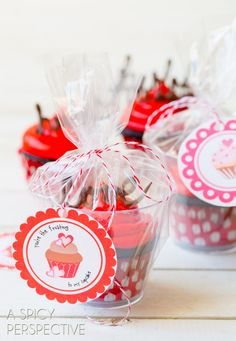 Edible Gifts - Dark Chocolate Cupcake Recipe with Red Velvet Frosting #valentinesday #valentine #cupcakes #chocolate #freeprintables / dolcetto in vasetto di plastica monoporzione