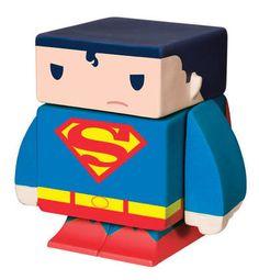 Figura magnética Superman 4 cm. DC Cómics. Funko Espectacular figurita fabricada en vinilo con 5 partes extraíbles e imantadas del personaje de Superman de 4 cm, 100% oficial y licenciada. De buen seguro este un regalo muy original y divertido.