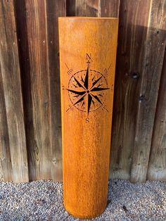 Dekorative Metallsäule mit Edelrostoptik für Ihren Garten. Mit schöner Kompassrose.