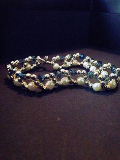 Bracelet femme fait main, composé de perles en cristaux bleu, de perles en imitation de perle de culture, et de perles en métaux (sans nickel). La longueur du bracelet est de 17cm (fermoir compris). Envoyé avec un emballage pret à offrir. FRAIS DE PORT OFFERT !!!!! (Seulement pour la, superbe