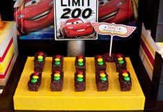 Ideias super bacanas de convites, bolos, mesas decoradas, doces e lembrancinhas para quem quer montar uma festa infantil de Carros! Inspire-se!